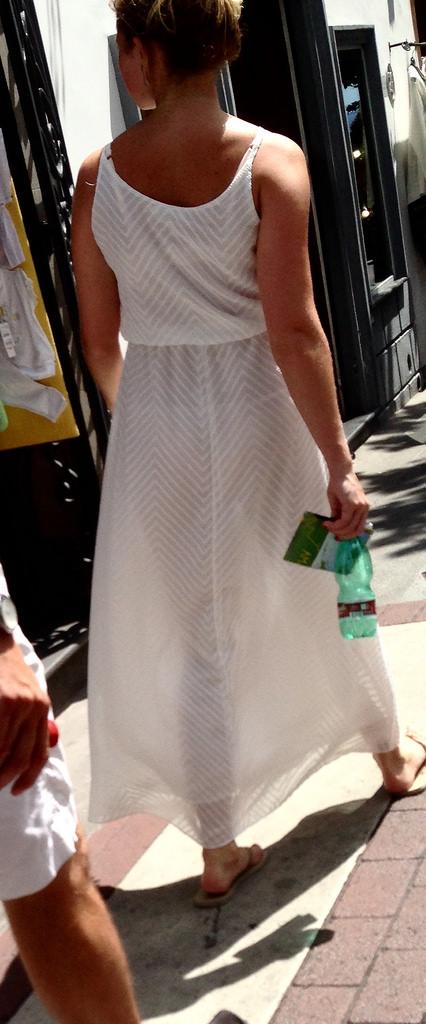 【下着透けエロ画像】イヤならノーパンになるしか…履くからクッキリ透けパンの女(;´∀`)