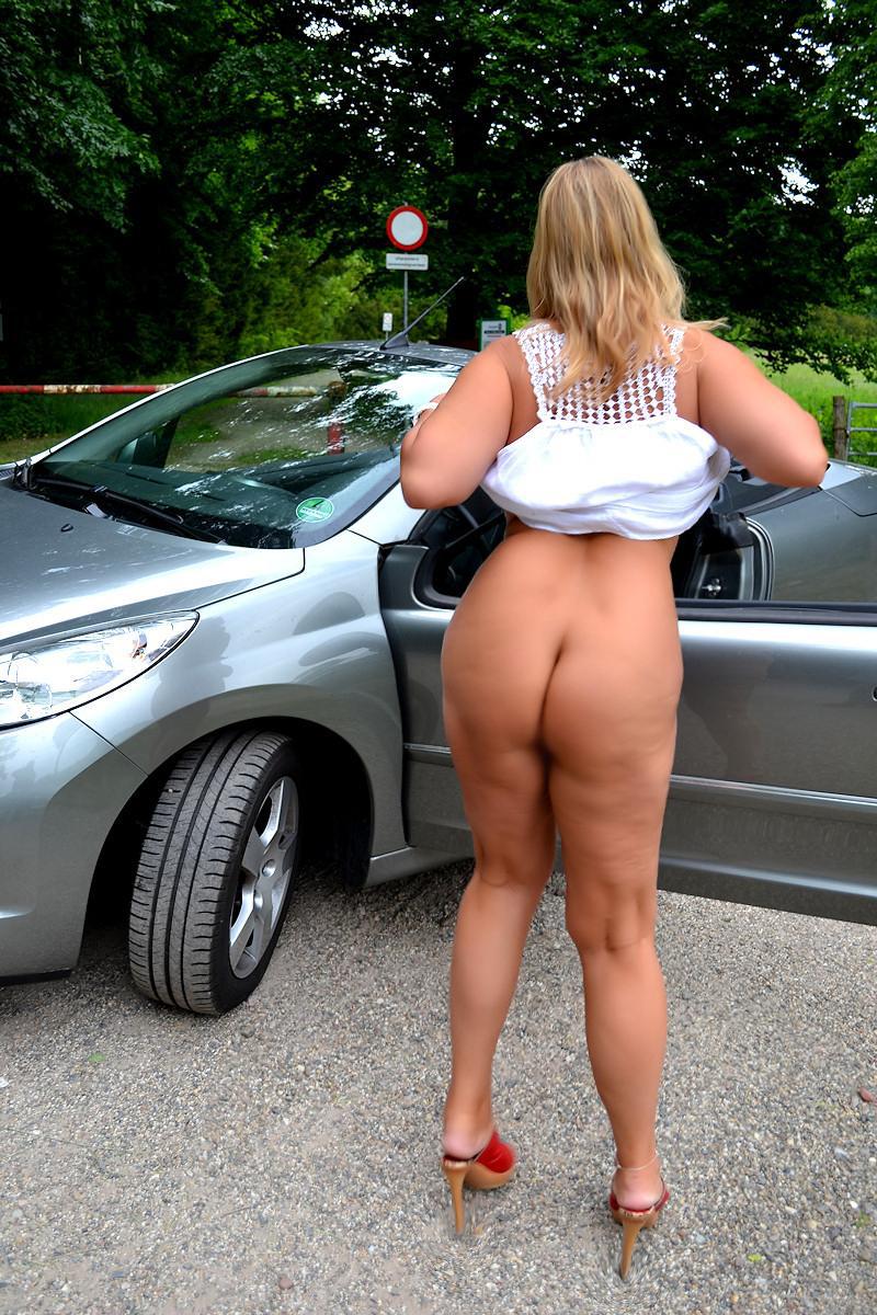【海外露出エロ画像】こんな格好見たら停車も辞さない全裸ヒッチハイカー(;・∀・)