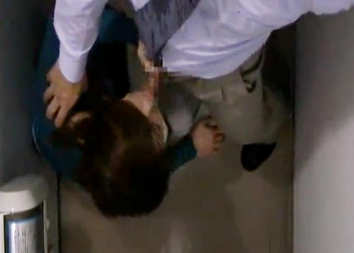 【エロ動画】バレたらクビですよwオフィスのトイレで上司と不適切行為(*゚∀゚)=3 01