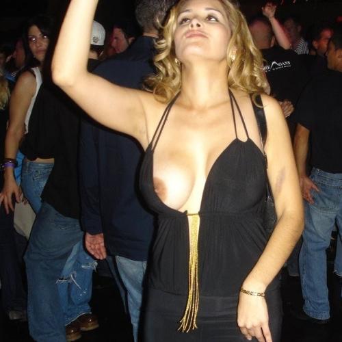 【海外エロ画像】ノーブラノーガード!潔い海外女性の丸見え乳首(*´д`*)