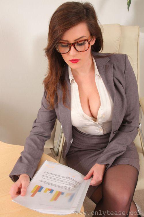 【海外オフィスエロ画像】愛人にしたくなる海外のデキそうな美人秘書(;´Д`)