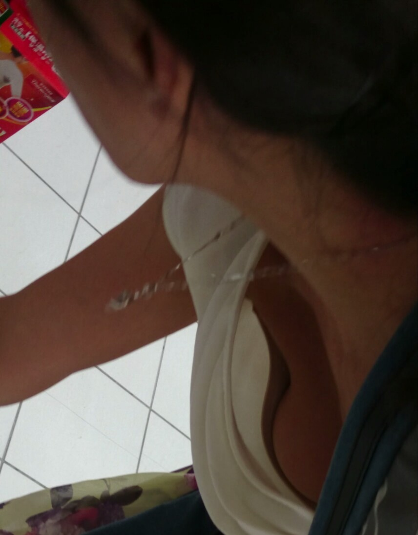 【胸チラエロ画像】今の女性は胸元緩い人ばかりだから…チラ見えまくり(*´д`*)
