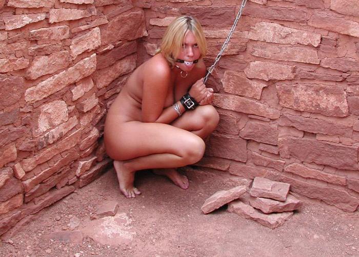 見つかりたくはない野外拘束M女のエロ画像