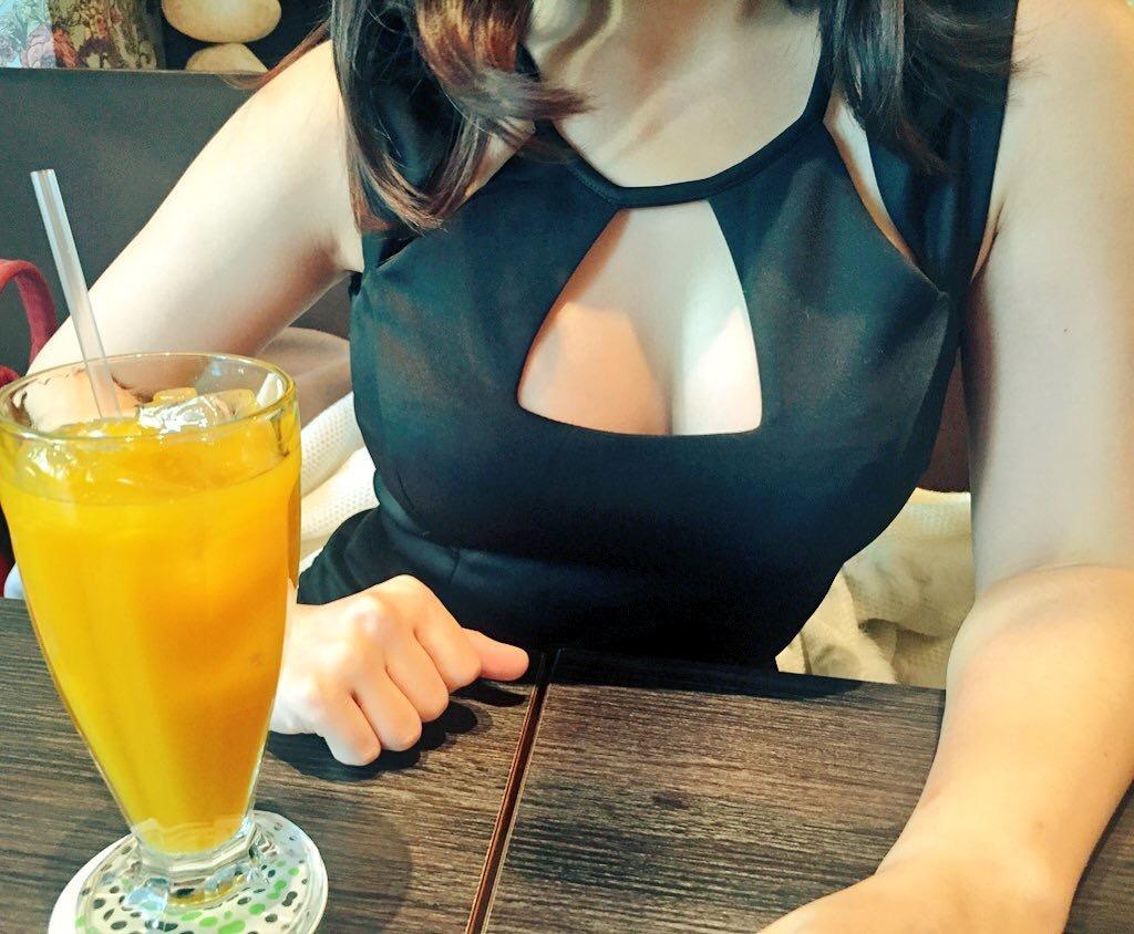 【着胸エロ画像】見てわかる挟むスキルの有無w夢詰め込まれた巨乳の谷間(;´Д`)