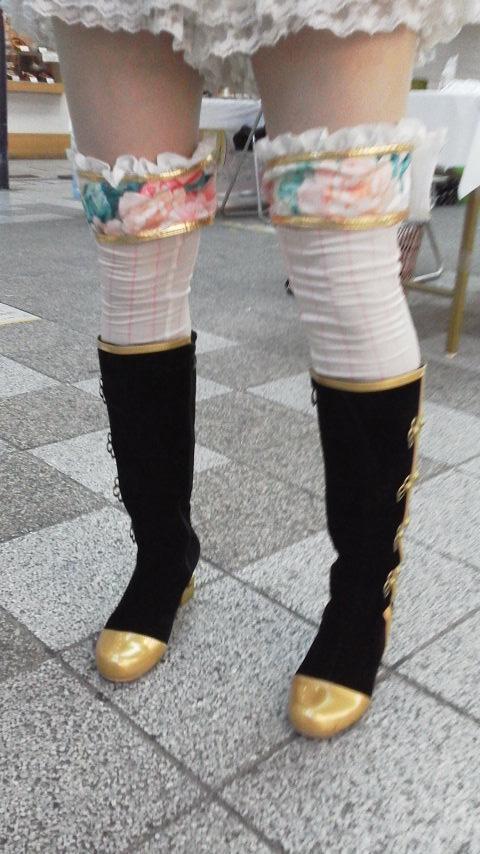【美脚エロ画像】生脚から絶対領域へ!秋の到来をつげる街角ニーソ美脚(;´∀`)