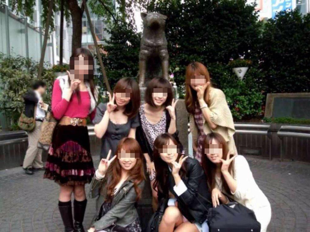 【パンチラエロ画像】男なら探せない筈がない!大勢いる記念写真内のパンチラ女子(;・∀・)