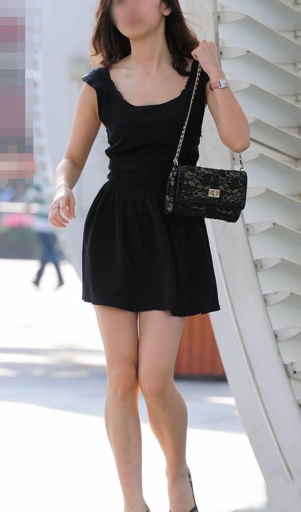 【美脚エロ画像】見えそうな期待も背負っている街角のミニスカ美脚はスルー不可避(;´Д`)