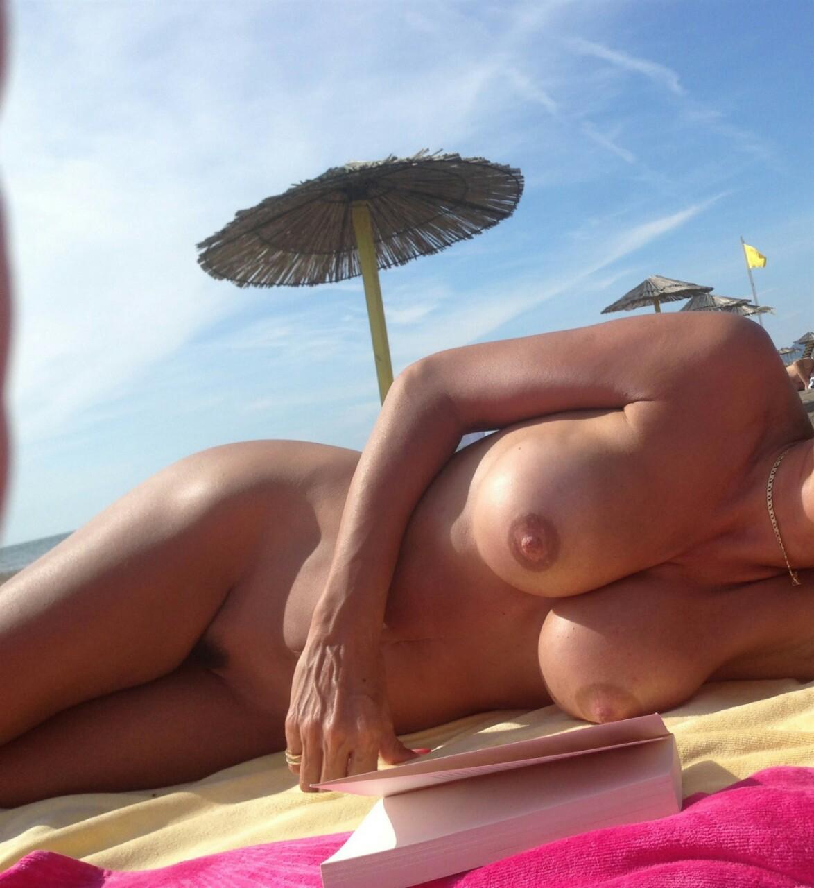 【海外エロ画像】せっかくのヌーディストビーチだし…巨乳美女を見ないと損!(;´∀`)