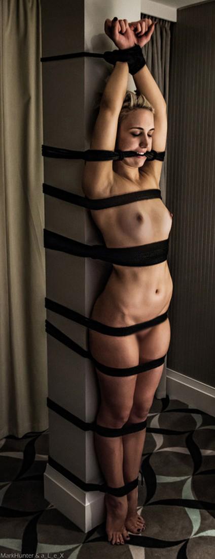 【SMエロ画像】軋んで苦しくて眠れもしない…構って欲しそうな拘束放置プレイ美女(*´Д`)