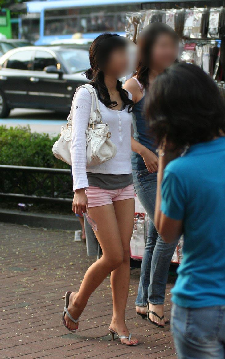 【美脚エロ画像】肌寒くなっても見かけなくもない街角のショーパン美脚たち(;´Д`)