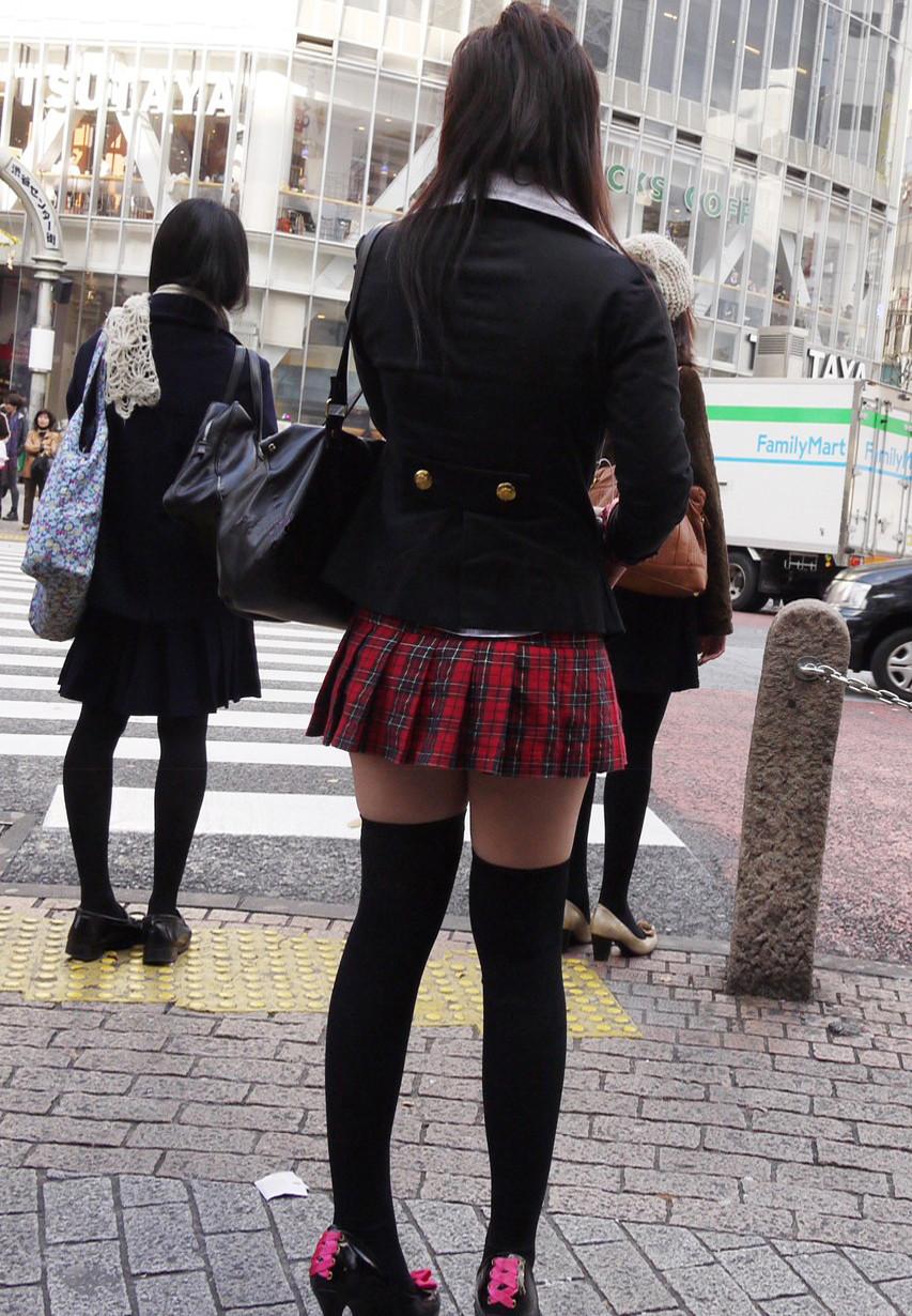 【絶対領域エロ画像】若い美脚にはニーソ!唯一見える生太ももが心をくすぐる(*´Д`)