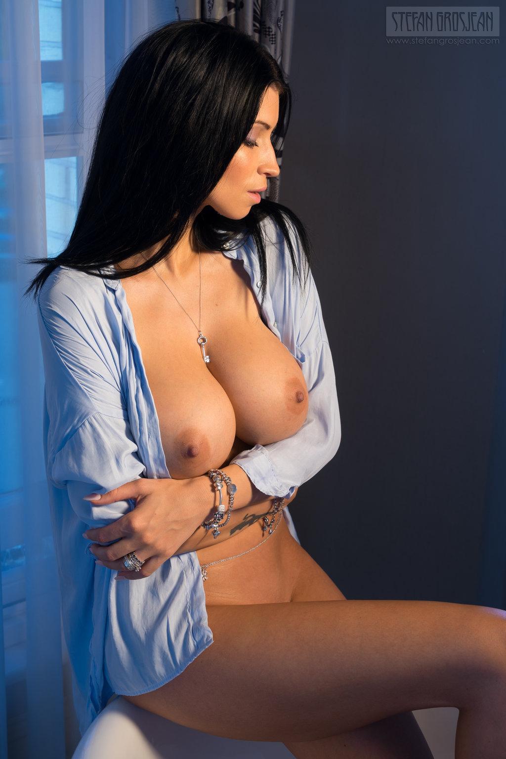 【ノーブラエロ画像】少し捲るだけでフリーな乳が!危う過ぎるシャツ1枚の外人さん(*´Д`)