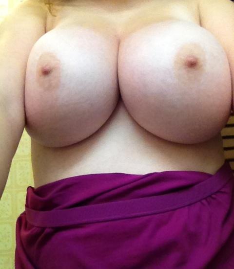 【自撮りエロ画像】素人なのにこの抜ける乳!ハズレのない海外女神のおっぱい(;´Д`)