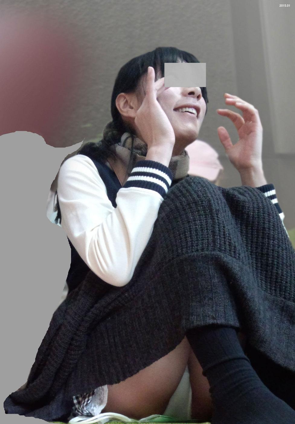 【パンチラエロ画像】下着バレた程度じゃ動じないw素人さんの堂々たる座りチラ(;´Д`)