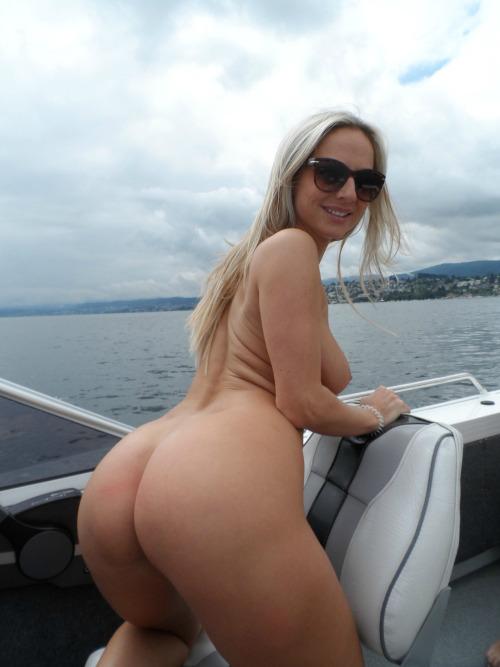 【露出エロ画像】海上ならば大チャンス!甲板上で露出かます外人さん(;´Д`)