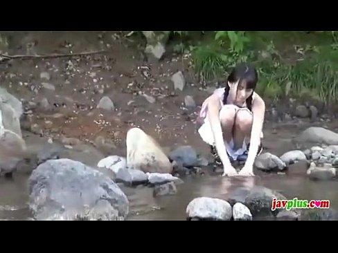 田舎の河原で寂しそうにする美少女とスク水青姦!