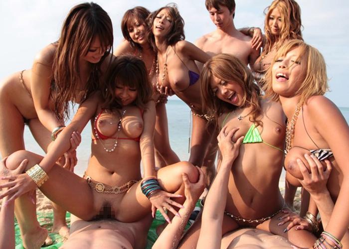 【エロ動画】ドスケベな黒ギャル集団が野外で1本の竿を奪い合うビーチ乱交!(;゚∀゚)=3 01