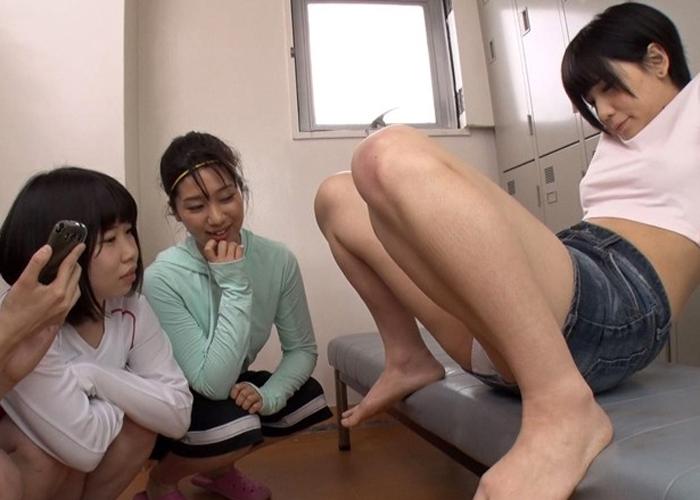 【エロ動画】部員とコーチの性的イジメの餌食にされる純情フットサル娘(;゚∀゚)=3 01