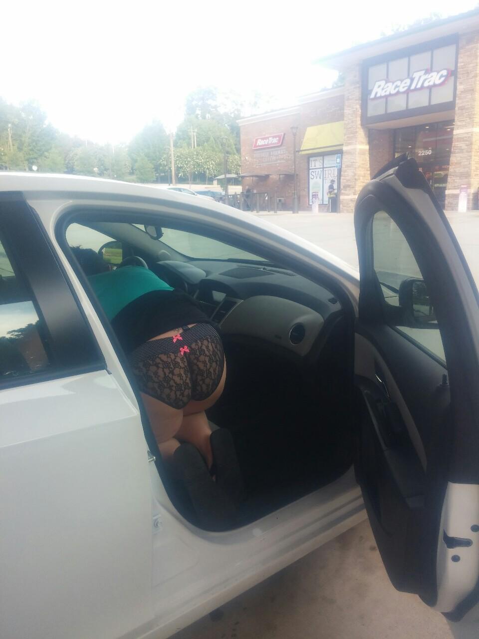 【パンチラエロ画像】乗降姿は要チェック!車にまつわる美女のパンチラもといパンモロ(*´Д`)