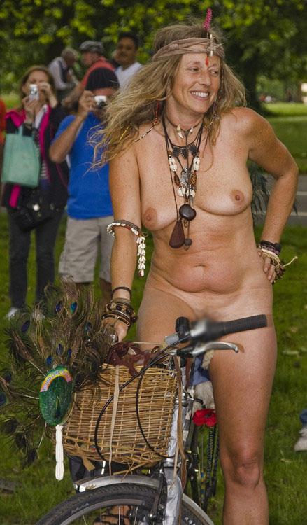 【露出エロ画像】サドルに擦れて気持ちいい説は本当w全裸でチャリ乗る外人さん(;´Д`)