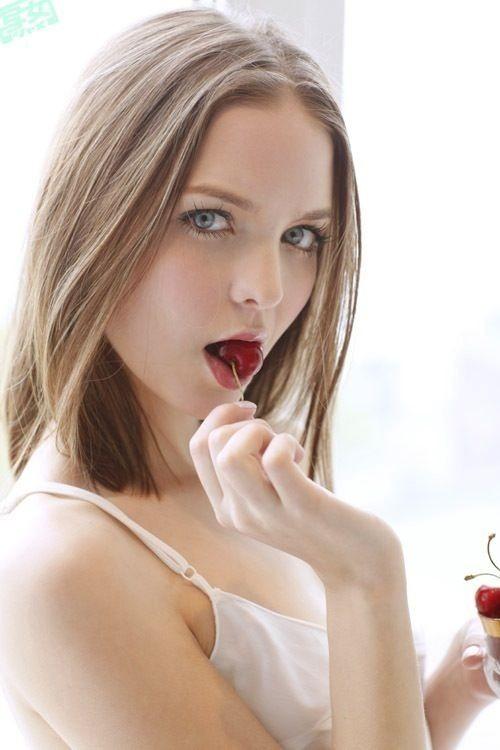 【飲食エロ画像】どうとるのも勝手ですが…本人には内緒の疑似フェラっぽい飲食姿(;´Д`)