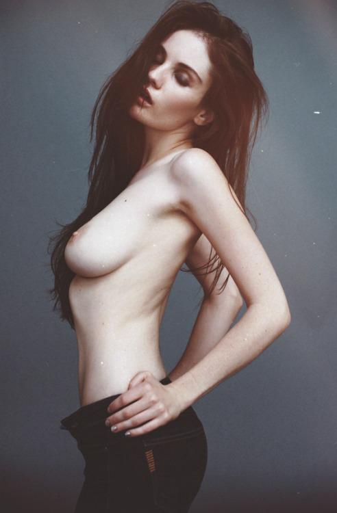 【海外エロ画像】格好良くてもただただ卑猥wジーンズに上半身丸出しの美女(;´Д`)