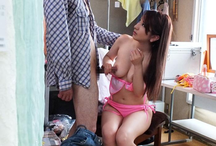 【巨乳エロ画像】実は女の方が気持ちイイwパイズリの合間に乳首コキ(*´Д`)