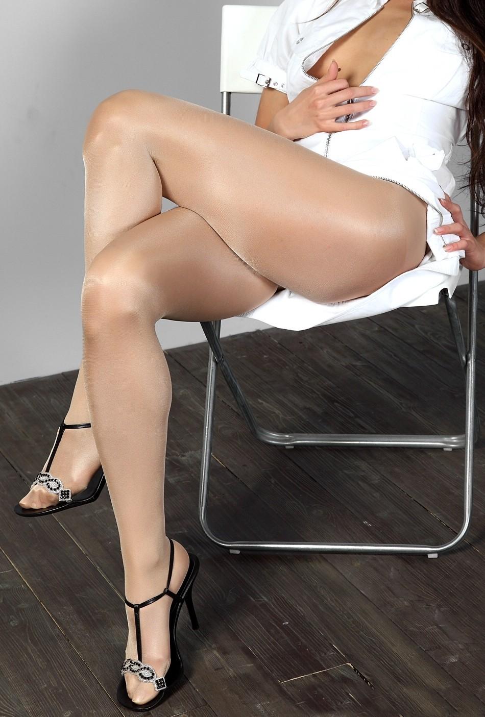 【美脚エロ画像】美しい脚を演出する淫靡な切れ込みw横尻まで見えるスリット入り(;´∀`)