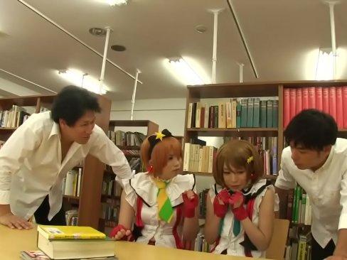 図書室でエロ本を読むコスプレイヤーコンビに肉棒を突っ込む!