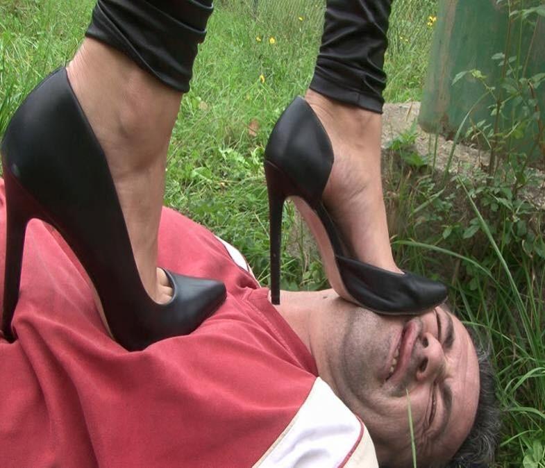 【SMエロ画像】豚でなければならない…M男へ女王様のありがたい足蹴(;´Д`)