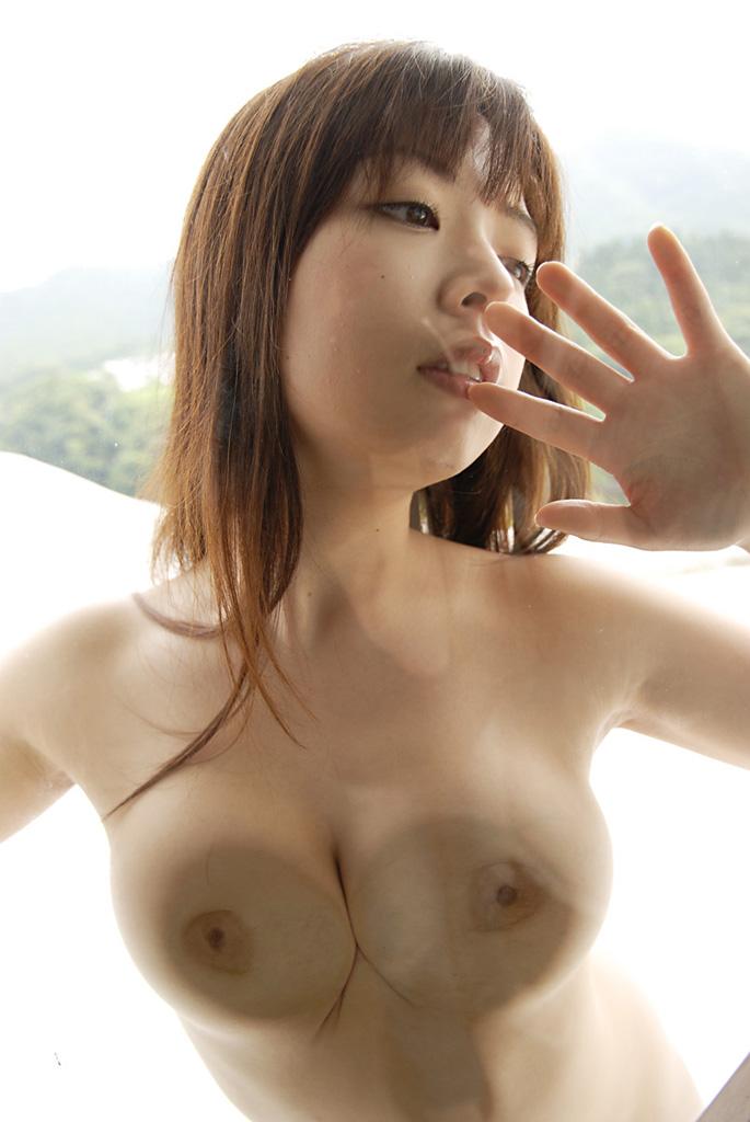【巨乳エロ画像】人為的に乳首が陥没!ガラスに押し付けられたおっぱい(;´∀`)