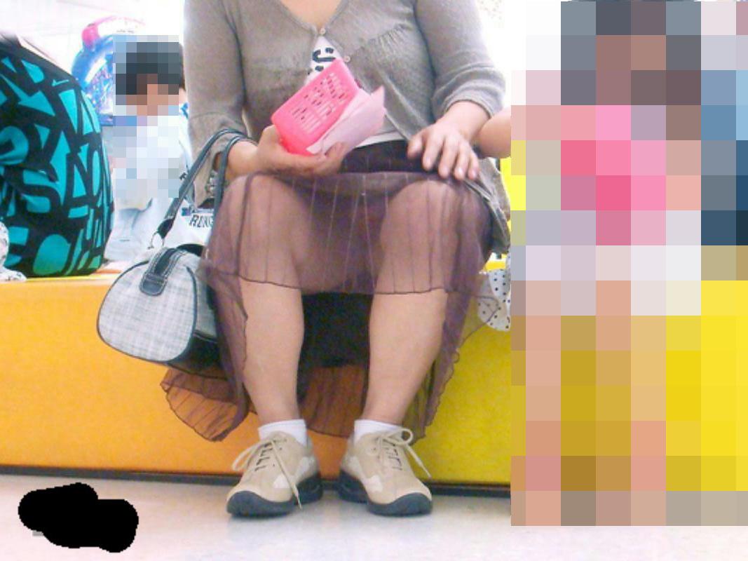 【パンチラエロ画像】これも子を守るため…油断の多いママさんパンチラ(;´Д`)