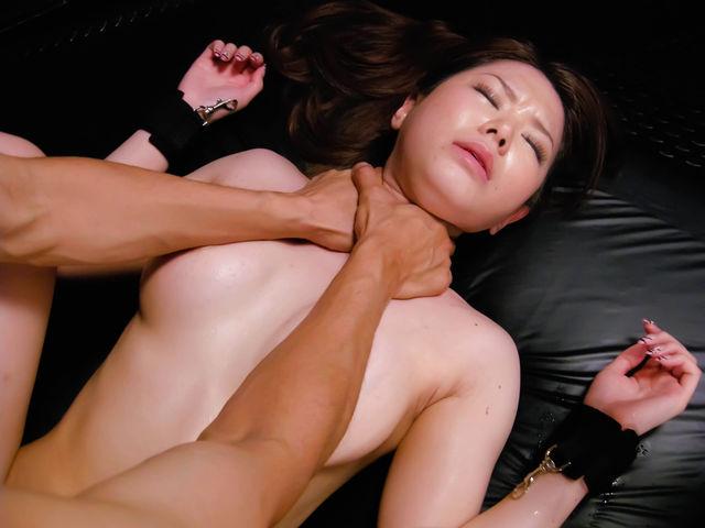 【性交エロ画像】超危険!女を首を絞めながら締まりを味わう極悪セックス(;゚Д゚)