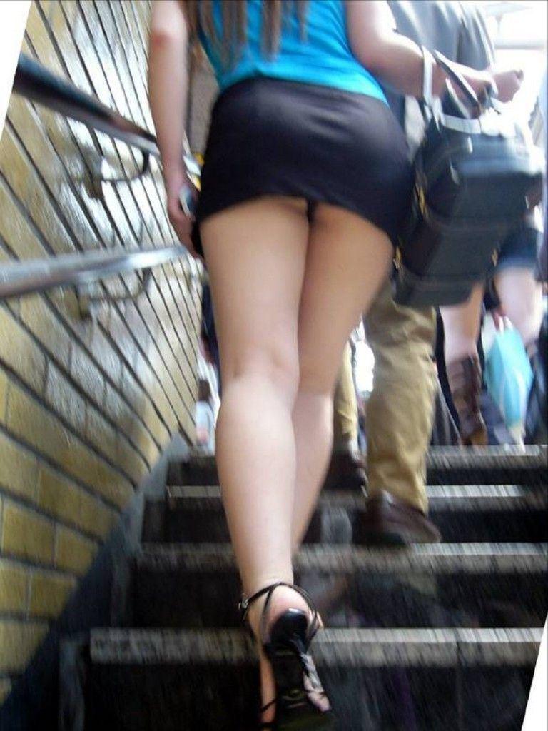 【パンチラエロ画像】ミニスカには斜め下!安全に眺めるローアングル下着チェック(;´∀`)