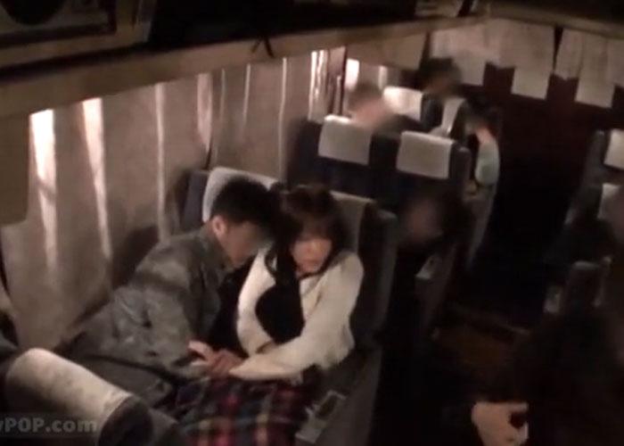 【エロ動画】夜行バスでもたれてきた隣の娘をこっそりと夜這いセックス!(;゚∀゚)=3 01