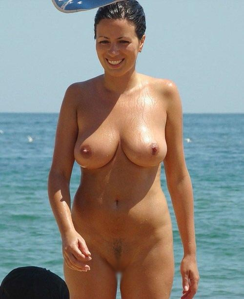 【海外エロ画像】折角だから俺は巨乳を選ぶぜ!ヌーディストビーチの見逃せないおっぱい(;´Д`)