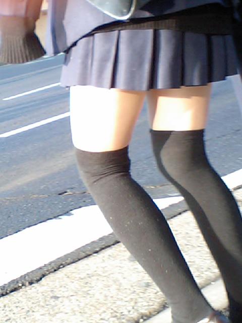 【美脚エロ画像】太ももの見える範囲が狭いからイイ!そそるオーバーニーソ絶対領域(*´Д`)