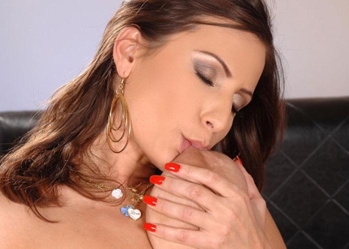【巨乳エロ画像】隠し芸に仕えそうw自分の口が乳首に届く爆乳ちゃんのセルフ吸い(;´Д`)