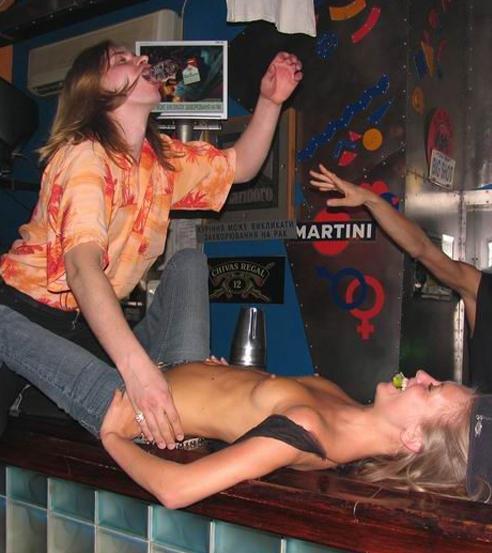 【悪ノリエロ画像】仲良くしとけばヤれる!?酔ったらすぐ脱ぐ外人さんのご乱心(*´Д`)