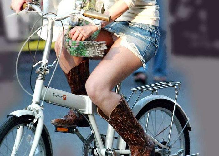 【パンチラエロ画像】見られるのは承知なはずの自転車女子のミニチラの瞬間!(;´Д`)