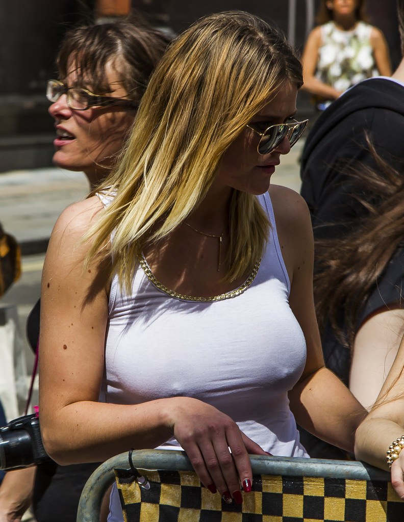 【ノーブラエロ画像】着けていてもポチれば一緒w陽気に乳首目立たせた外人さん(*´Д`)