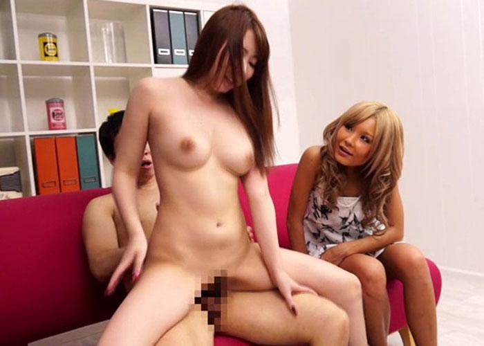【エロ動画】ビッチなギャル友の前で公開セックスしながら煽られる美白娘(*゚∀゚)=3 02