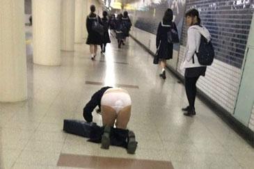 【画像】JKが駅でコケるハプニングに衝撃な真実が発覚www