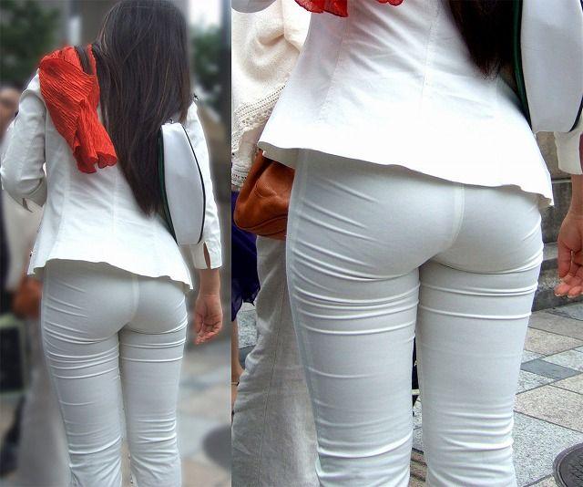 【 着衣尻画像 】生地の薄いタイトパンツってお尻の形が丸分かりな上に透けパン率も高いなんてエロい服だなww