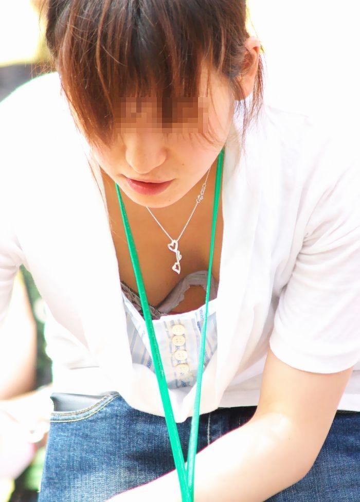 【胸チラ画像】前屈みになった素人のおっぱいに粘着して乳輪や乳首チラまで狙う盗撮師エロすぎ感謝www