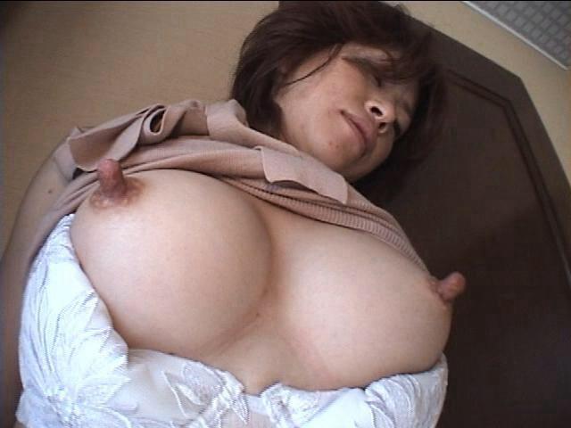 【肥大乳首エロ画像】興奮するとデカくなる乳首でも、肥大化した乳首ってイタブリすぎじゃない? 04