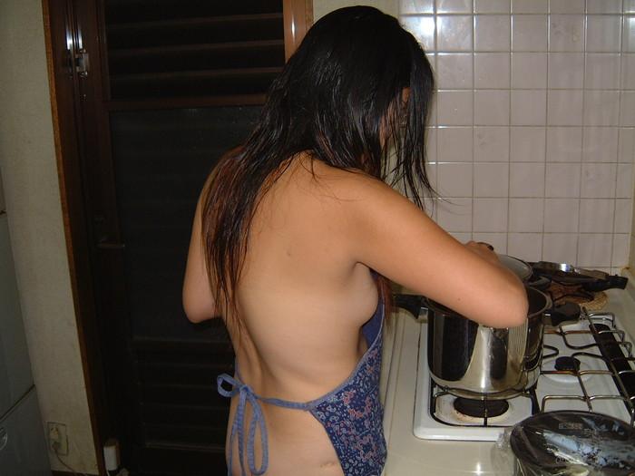 【裸エプロンエロ画像】人妻の特権です!素敵な裸エプロンで男を料理で血祭りに? 02