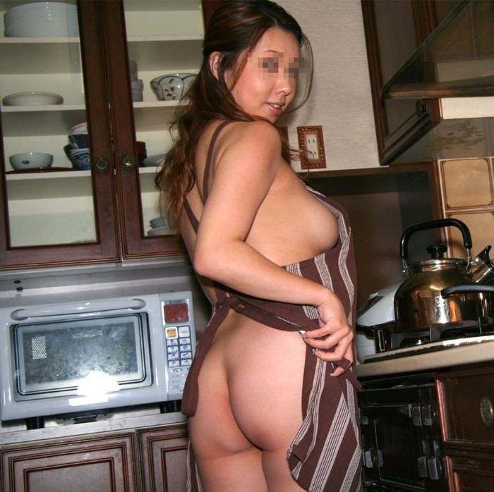 【裸エプロンエロ画像】人妻の特権です!素敵な裸エプロンで男を料理で血祭りに? 05