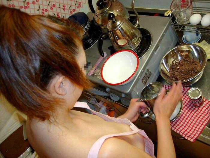 【裸エプロンエロ画像】人妻の特権です!素敵な裸エプロンで男を料理で血祭りに? 06