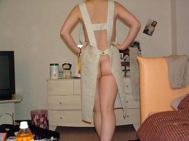 【裸エプロンエロ画像】人妻の特権です!素敵な裸エプロンで男を料理で血祭りに? 16